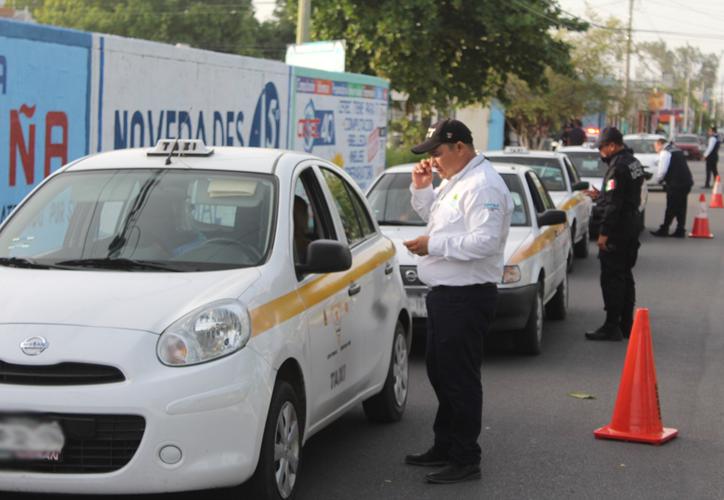 En la avenida Benito Juárez con Antonio Coria, en las inmediaciones de la colonia Ley Federal de Aguas tuvo lugar la revisión a los conductores de taxis. (Joel Zamora/SIPSE)