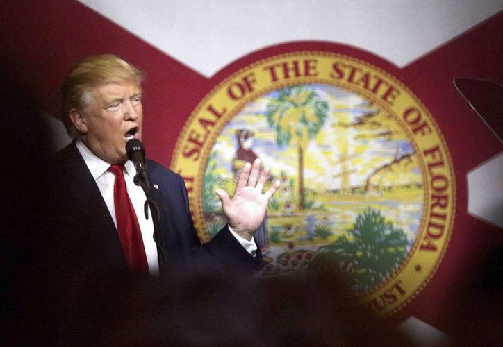 El candidato republicano a la presidencia de Estados Unidos, Donald Trump, durante un mitin en West Palm Beach, este 13 de octubre de 2016.  Aseguró que 'no hay evidencia' que lo comprometa en los casos de abusos a mujeres. (EFE)