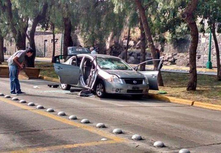 Un vehículo en donde funcionarios del Gobierno del Distrito Federal llegaron a la UNAM supuestamente para realizar una diligencia judicial permaneció varias horas en la Ciudad Universitaria. Por la noche, encapuchados le prendieron fuego. (Milenio Digital)