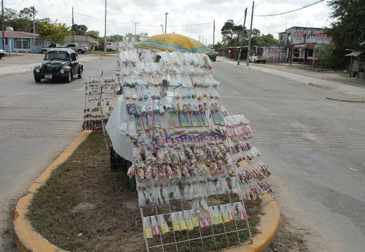 A pesar de los diversos operativos implementados continúa la venta de este tipo de mercancías peligrosas en la ribera del Río Hondo. (Edgardo Rodríguez/SIPSE)