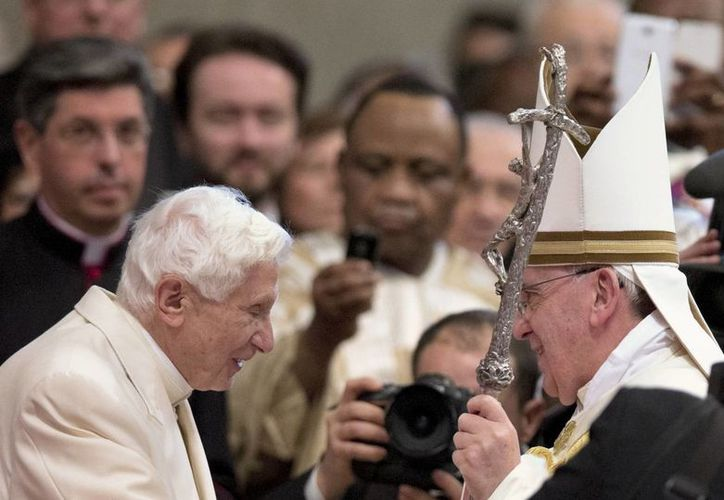 En esta foto del 22 de febrero del año en curso, el Papa Francisco saluda al Papa Emérito Benedicto XVI en la Basílica de San Pedro. (Foto: AP)