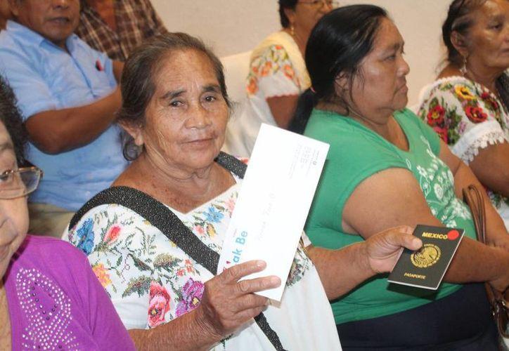 Este jueves, se entregaron las 50 visas estadounidenses a los primeros inscritos al programa 'Cabecitas blancas'. (Facebook/ Indemaya)