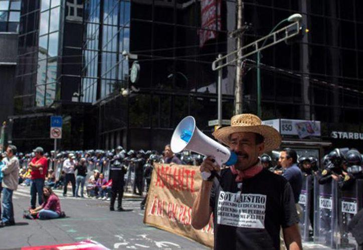 Los docentes cerraron los carriles laterales de la avenida Paseo de la Reforma y se plantaron frente a la Bolsa Mexicana de Valores. (Archivo Internet)