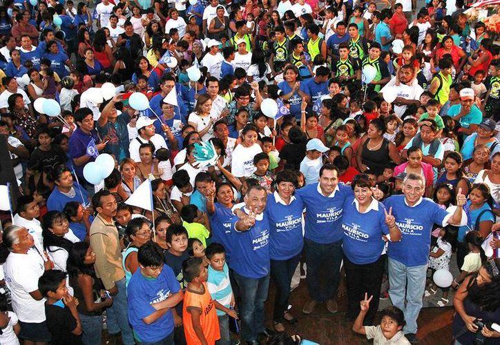 Mauricio Vila encabezó una caminata ciudadana en San José Tecoh, en el sur de Mérida. (SIPSE)