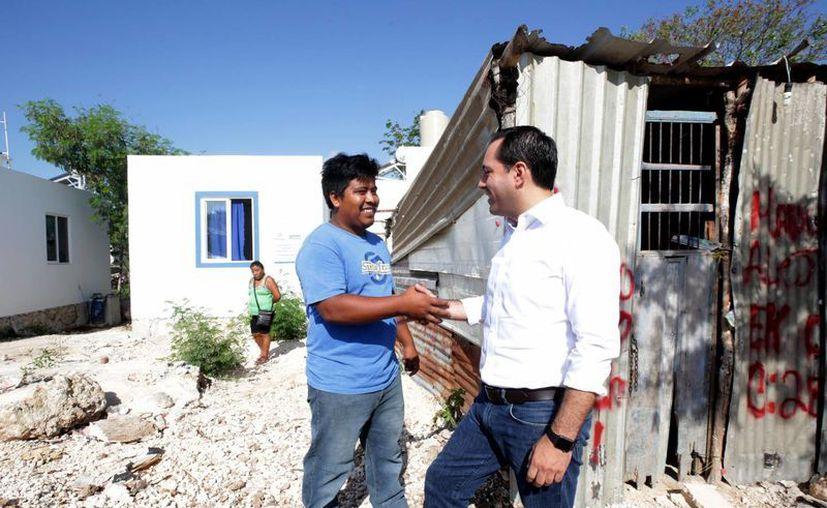 El alcalde Mauricio Vila durante la entrega y supervisión de obras de vivienda y pavimentación en la colonia el Roble Agrícola. (Foto cortesía del Ayuntamiento de Mérida)