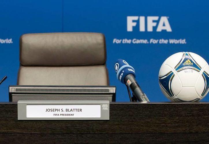 Este viernes, los dirigentes de las confederaciones de futbol del mundo elegirán al máximo dirigente del balompié, silla que dejó vacante Joseph Blatter, tras el escándalo de corrupción. (AP)