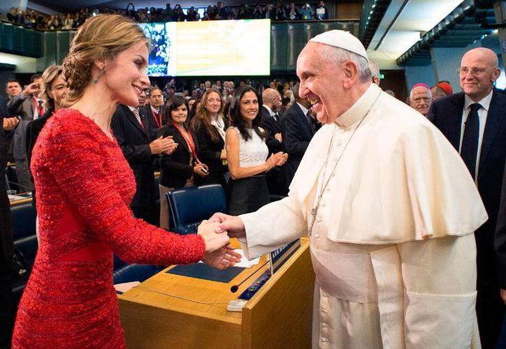 En la IV Edición del Festival de la Doctrina Social de la Iglesia, el Papa Francisco condenó a lo países que prefieren pagar una guerra que crear empleos. La imagen no corresponde al evento sino a la participación del Pontífice en una conferencia de FAO, en Roma, en la cual saludó de mano a la reina Letizia de España. (AP)