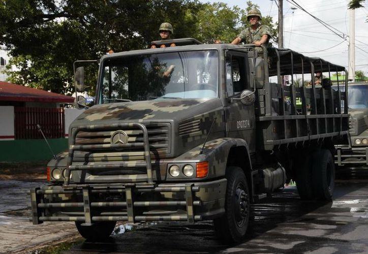Vehículos del Ejército Mexicano que colaboran con los gobiernos del Estado para la entrega de tabletas electrónicas. (Redacción/SIPSE)