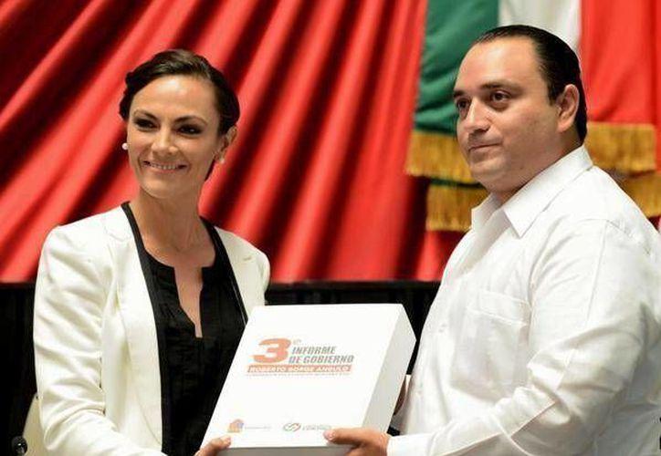 Roberto Borge entrega el documento del Tercer Informe de Gobierno. (Redacción/SIPSE)