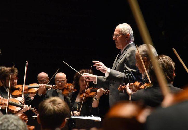 Pedro Pablo Kuczynski dirige a la Orquesta Filarmónica de Israel, durante la interpretación que esta hizo en Lima del himno nacional peruano. (EFE)