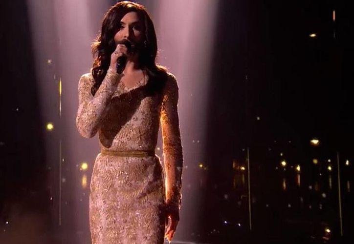 Conchita Wurst, triunfadora del Festival de la Canción de Eurovisión -al que corresponde la imagen- mantiene, con sus actuaciones- la defensa de los derechos de los homosexuales, transexuales y bisexuales. (Archivo/Youtube-Eurovision Song Contest)