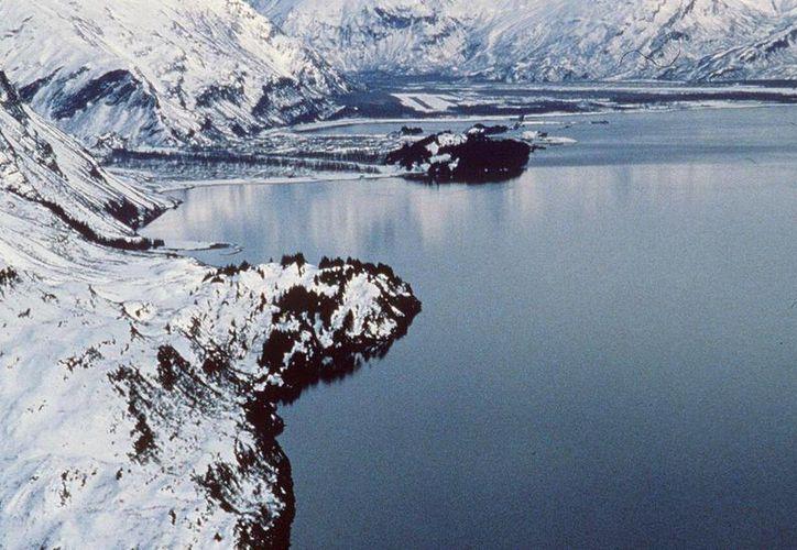 Imagen de archivo de la costa de Alaska con petróleo vertido por el buque-cisterna estadounidense Exxon Valdez que encalló en un arrecife, al tratar de evitar chocar con un iceberg, en el estuario de Prince Willian Sound, en Alaska. (EFE/Archivo)