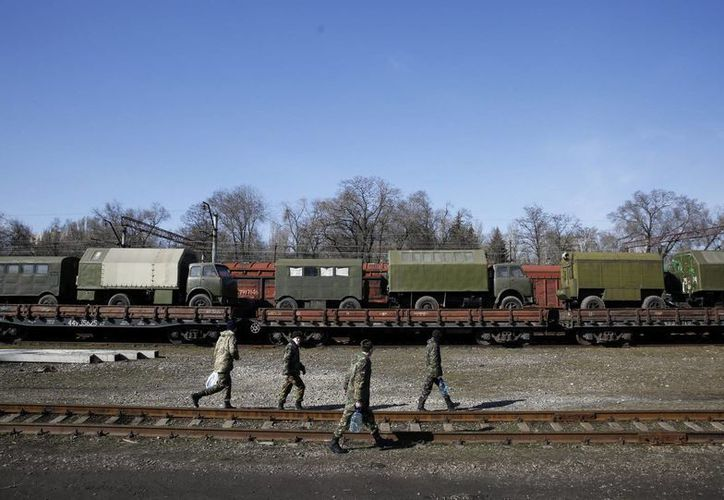 Soldados ucranianos participan en la retirada del armamento pesado en la ciudad oriental de Artyomovsk, en la región ucraniana de Donetsk. (EFE/Archivo)
