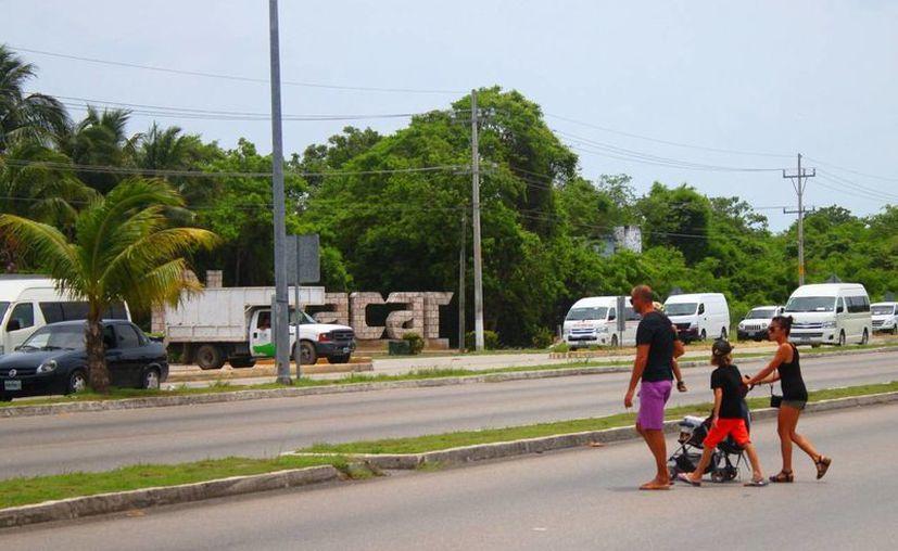 Las autoridades sugieren la construcción de un puente peatonal para frenar los accidentes de peatones que cruzan la vía federal. (Daniel Pacheco/SIPSE)