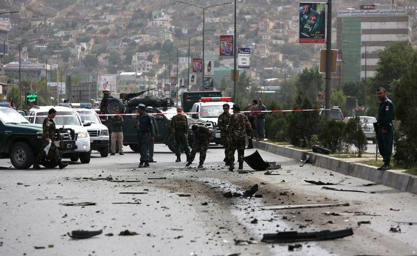 El personal de seguridad afganas trabajan en el sitio de una explosión en Kabul, Afganistán. (AP/Rahmat Gul)