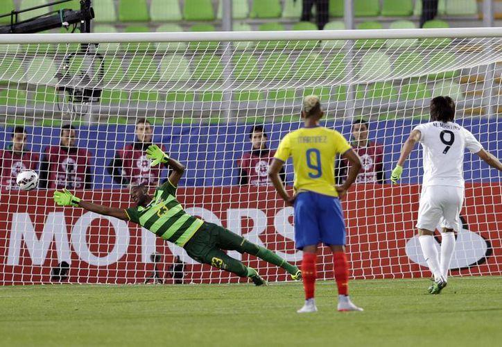 Marcelo Martins puso el 3-0 a favor de Bolivia sobre Ecuador en Copa América con un penal en el minuto 43. (Fotos: Notimex)