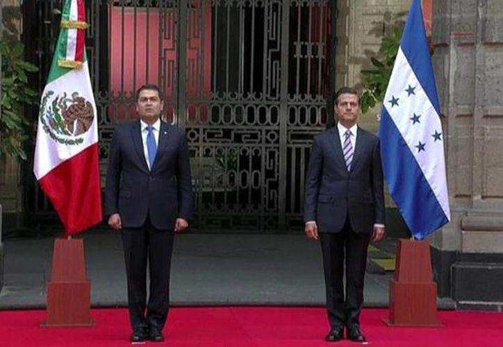 El presidente Enrique Peña Nieto y su homólogo hondureño, Orlando Hernández Alvarado, durante la ceremonia de bienvenida en Palacio Nacional. (Presidencia de la República)