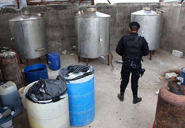 Los agentes antinarcóticos aún permanecen en el sitio donde las autoridades realizar las pruebas de campo de lo incautado y el monto. (EFE)