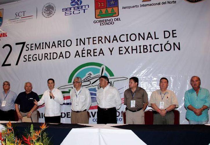 El alcalde y los participantes durante la clausura del seminario. (Cortesía/SIPSE)