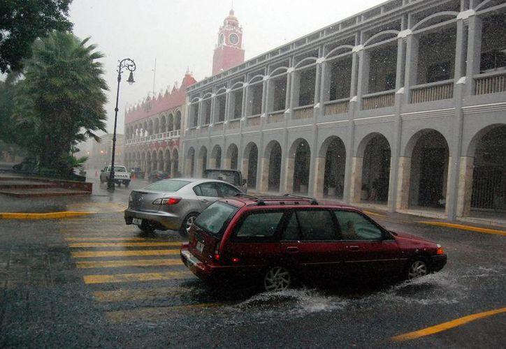 El centro de Mérida en el momento más intenso de la lluvia del lunes. (SIPSE)