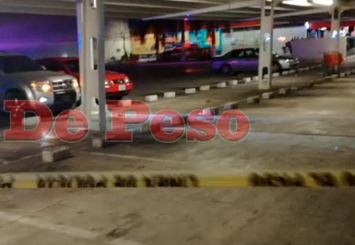 Policía acordona la zona en el estacionamiento de Chedraui de la región 218. (SIPSE)