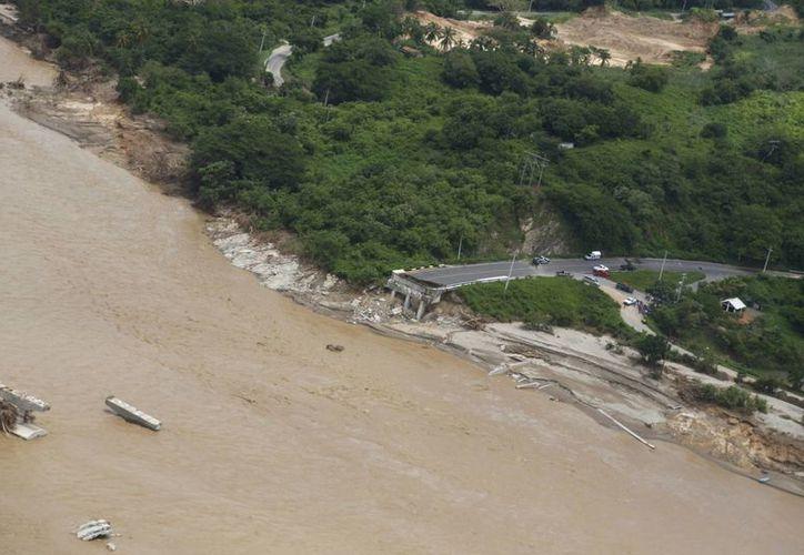 En la imagen se aprecia un puente colapsado en el río Guadalupe, en el pueblo de Lomas de Chapultepec. (Agencias)