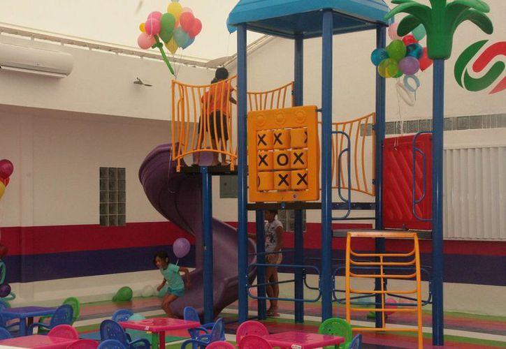 La Sesa entrego ayer un área de juegos infantiles en el Hospital General.  (Irving Canul/SIPSE)