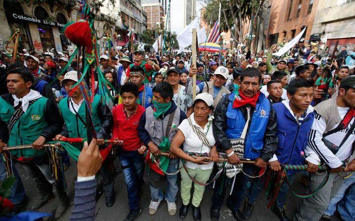 Participantes de una marcha por la paz en Bogota, Colombia, el 12 de octubre de 2016, luego de que en el plebiscito ganó el NO.   (Foto de archivo AP/Fernando Vergara)