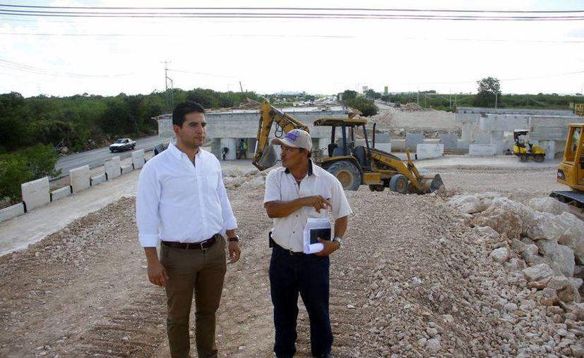 Javier Osante Solís hizo un recorrido para supervisar los trabajos del paso superior que une Anikabil y Ciudad Caucel; tienen un 80 por ciento de avance. (Milenio Novedades)