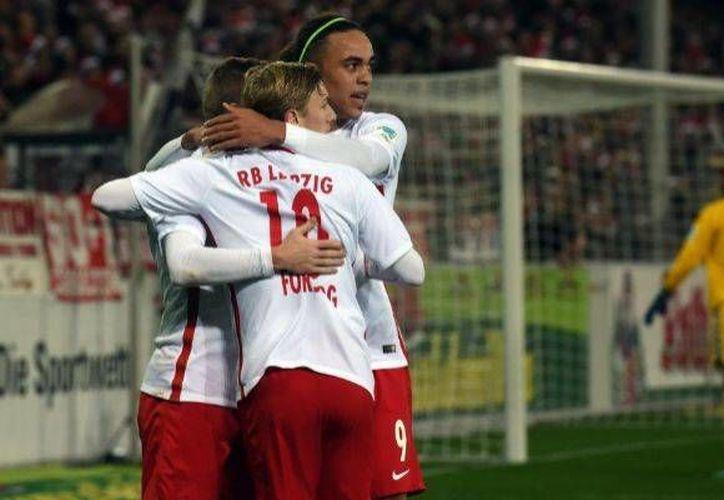 El club Leipzig (foto) ganó 4-1 al Friburgo y vive un gran momento. Hace apenas unos meses ascendió a la Primera División Alemana y hoy liga 12 partidos invicto y es líder del torneo. (EFE)