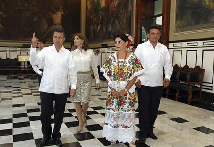 El presidente Enrique Peña Nieto recorre el Salón de la Historia durante su visita pasada a Yucatán. (Milenio Novedades)