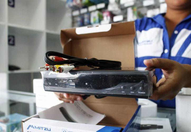 Los decodificadores cuentan con entrada salida para cable coaxial, RCA, HDMI, puerto USB y ranura para memoria de almacenamiento. (Yajahira Valtierra/SIPSE)