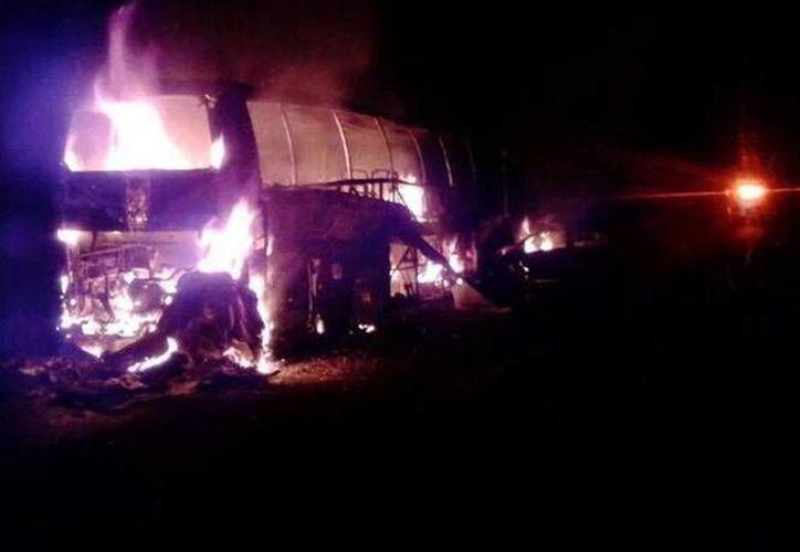 Al menos 20 personas fallecieron calcinadas en el choque e incendio de un autobús en la carretera México-Tuxpan. (excelsior.com.mx)