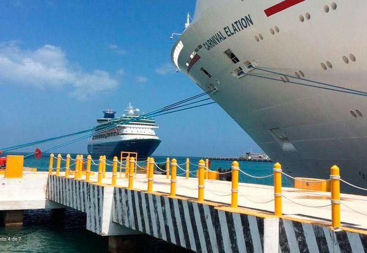 El crucero Monarch llegó a Progreso para iniciar su primer viaje de placer por el mar Caribe. A su llegada, esta mañana, coincidió con el Carnival Elation, en la terminal de cruceros. (Óscar Pérez/SIPSE)