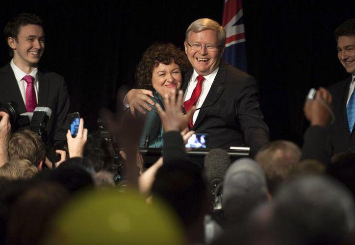 El primer ministro australiano, Kevin Rudd abraza a su esposa Teresa Rein. (Agencias)
