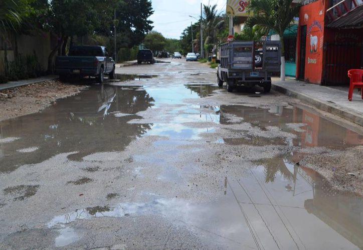 Las intensas lluvias registradas han deteriorado las calles y accesos a las colonias y se hacen intransitables. (Rossy López/SIPSE)