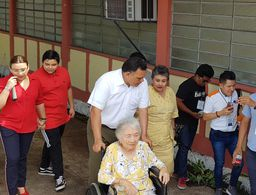 El gobernador Rolando Zapata emite su voto