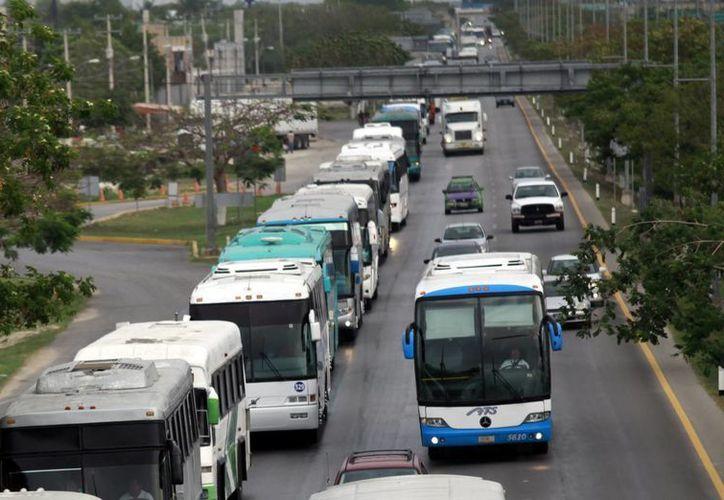 Agremiados de la Asociación Mexicana de Transportistas (Amotac) se quejaron ayer ante la Dirección de Transporte del Estado en contra de la Transportadora Turística 'Selva Maya' de Chiapas. (Archivo/SIPSE)