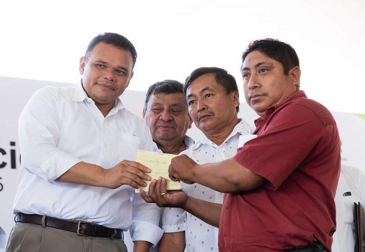 Vamos a ampliar la cantidad de producción de henequén, declaró este viernes el Gobernador de Yucatán al hacer entrega de 1.9 millones de pesos. El Gobierno del Estado canalizó en los últimos cuatro años más de 22 mdp a productores de la fibra. (Foto cortesía del Gobierno)