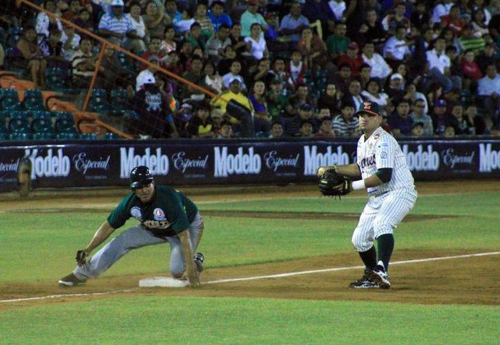 Un mal tiro de Miguel Torrero permitió que los Pericos anotaran dos carreras en la séptima. (José Acosta/SIPSE)