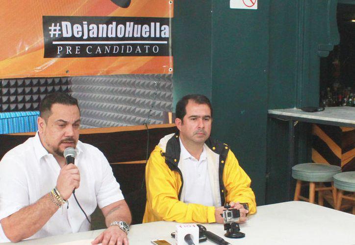 El locutor de radio compite en la campaña interna del Partido de la Revolución Democrática. (Sergio Orozco/SIPSE)