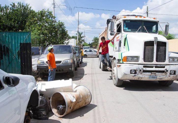 Buena respuesta ciudadana hubo este sábado en comisarías de Mérida en el inicio del cuarto operativo de descacharrización masiva. (Foto cortesía del Gobierno estatal)