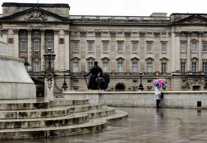 El palacio de Buckingham es la residencia oficial en Londres de la reina Isabel II. (Internet)