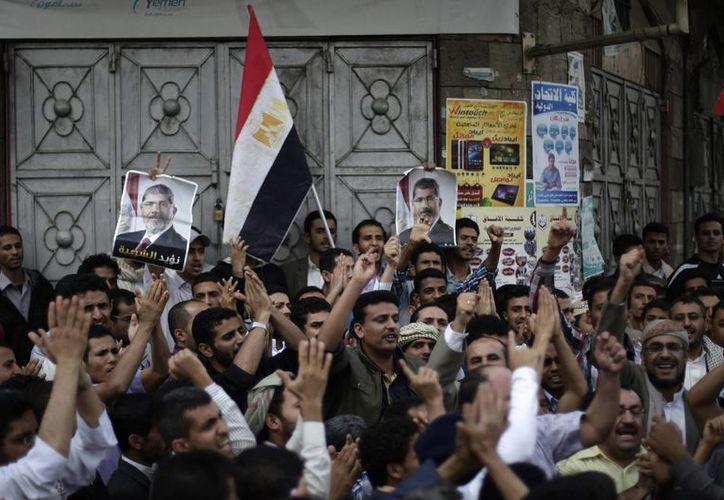 Simpatizantes de Morsi manifestan su repudio ante las más recientes matanzas. (Agencias)
