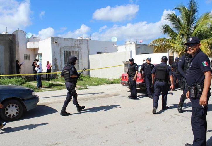El cuerpo sin vida de un hombre provocó una movilización policíaca ayer en el fraccionamiento Villamar II de Playa del Carmen. (Redacción/SIPSE)