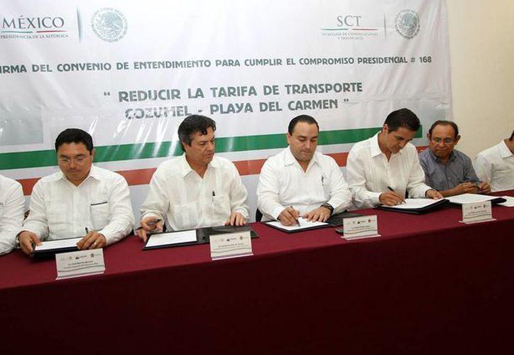 Las autoridades durante la firma del convenio. (Cortesía/SIPSE)
