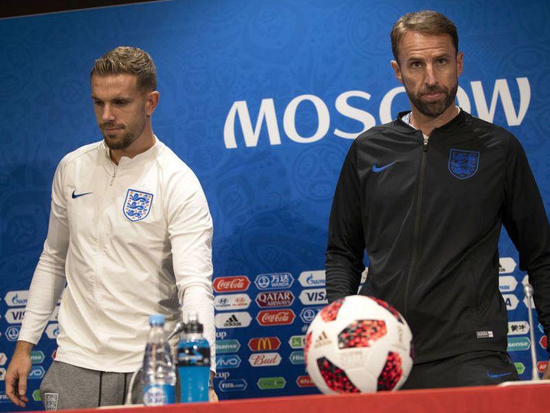 Henderson junto a su joven entrenador Gareth Southgate, de Inglaterra (Foto AP)