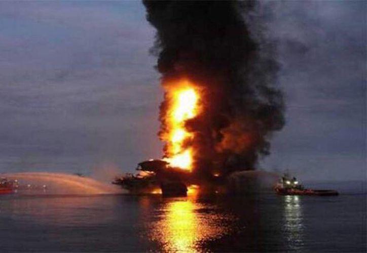 Imagen del incendio de plataforma Abkatun Alfa en la Sonda de Campeche de Petróleos Mexicanos. (Archivo/Notimex)