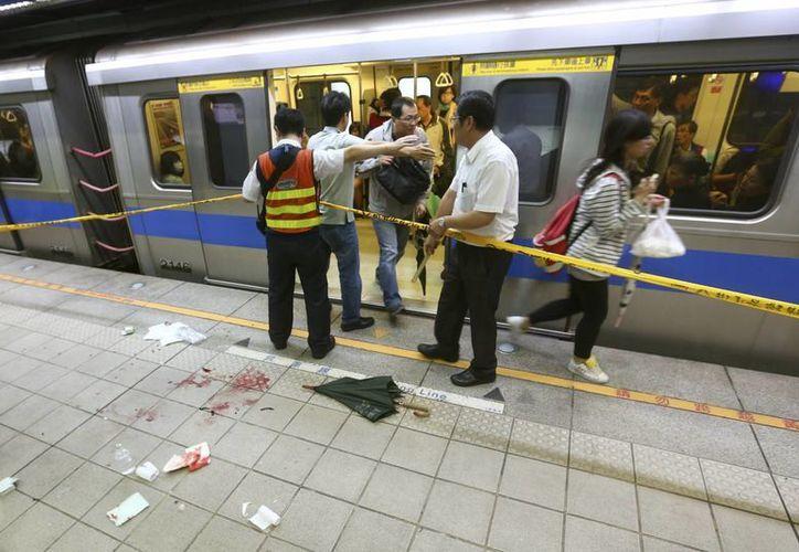La policía acordonó la escena del ataque con arma blanca en un andén del metro en Taipéi. (Agencias)