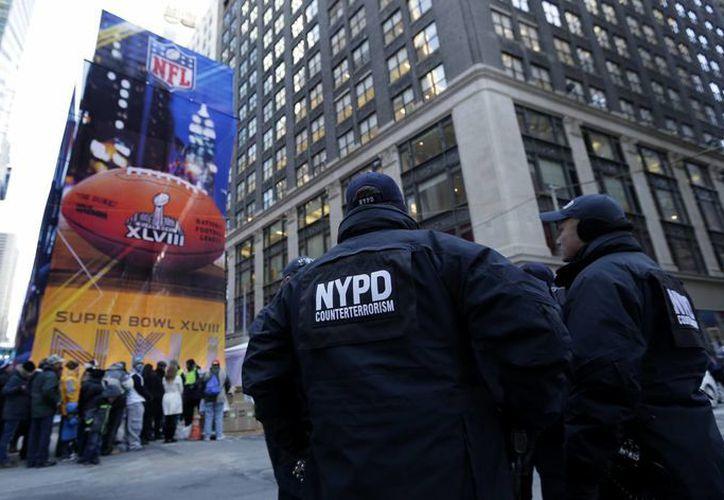 Agentes policíacos de Nueva York vigilan a la multitud en los alrededores de Times Square. (Agencias)